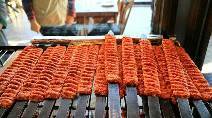 Adana kebabındaki 'talaş hilesi' iddiasına yalanlama geldi Adana kebabı satan bazı restoranlarla ilgili talaşı renklendirip sahte toz biber haline getirildiği ve kebaplarda kullanıldığı iddia edilmişti. Bunun üzerine Adana İl Tarım ve Orman Müdürlüğü ekipleri kebapçılara giderek etleri denetledi. Adana İl Tarım ve Orman Müdürlüğünden denetimle ilgili yapılan açıklamada,''Adana kebap veya herhangi bir et ürününe talaş karıştırılması, tüketim esnasında tüketiciler tarafından duyusal olarak bariz bir şekilde fark edilecek ve tüketilmesi mümkün olmayacaktır'' dedi.