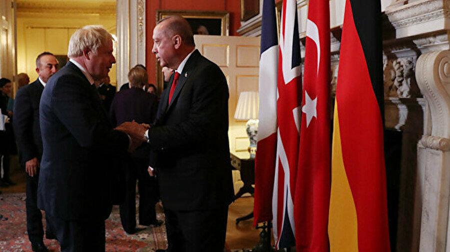 Cumhurbaşkanı Erdoğan, Johnson ile telefonda görüştü Cumhurbaşkanı Recep Tayyip Erdoğan ile İngiltere Başbakanı Boris Johnson telefonda görüştü.Görüşmede Libya ve Suriye'deki gelişmeler başta olmak üzere bölgesel konular ve ikili ilişkiler ele alındı.