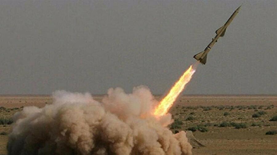 İran hamlesini yaptı: 'ABD üslerine saldırı gerçekleştirildi' Amerika Birleşik Devletleri'nin Kasım Süleymani'yi öldürmesi sonrası İran'dan beklenen adım geldi. İran Devrim Muhafızları Ordusu, ABD'nin Irak'taki Erbil ve Ayn el-Esed Hava Üssü'nü onlarca balistik füzeyle vurduğunu resmen açıkladı. Devrim Muhafızları, saldırıyı 'Süleymani'nin intikamını almak için gerçekleştirdik' açıklamasıyla duyurdu. İran haber ajansları 'Saldırıda 80 ABD askerini öldürdük' dese de Trump, 'her şey iyi, kayıp ve hasar tespiti yapıyoruz' dedi.