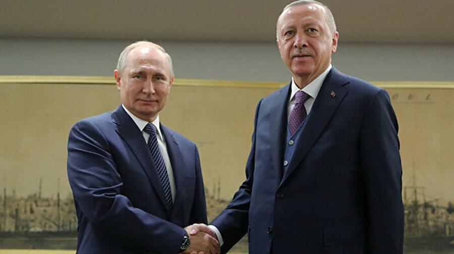"""Cumhurbaşkanı Erdoğan'dan Putin'e sürpriz hediye Cumhurbaşkanı Recep Tayyip Erdoğan ve Rusya Devlet Başkanı Vladimir Putin görüşmesi başladı. Haliç Kongre Merkezi'nde TürkAkım açılış töreni öncesinde bir görüşme gerçekleştirdi. Öte yandan 1 saat 35 dakika süren görüşmede Erdoğan, Putin'e İletişim Başkanlığınca hazırlanan """"Doğu Akdeniz Denkleminde Stratejik Adım: Türkiye-Libya Mutabakatı"""" kitabını hediye etti."""