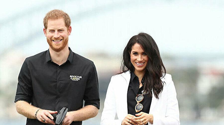 Beklenen son: Prens Harry ve Meghan Markle kraliyetten ayrıldıklarını açıkladı İngiltere Kraliyet Ailesi'nin üyeleri Sussex Dükü Prens Harry ve eşi Düşes Meghan Markle kraliyete bağlı üst düzey üyeliklerini bıraktıklarını açıkladı. Aylarca süren istişarelerin ardından bu kararı aldıklarını duyuran çift, 'vakitlerini İngiltere ve Kuzey Amerika arasında dengelemeyi planladıklarını' vurguladı.