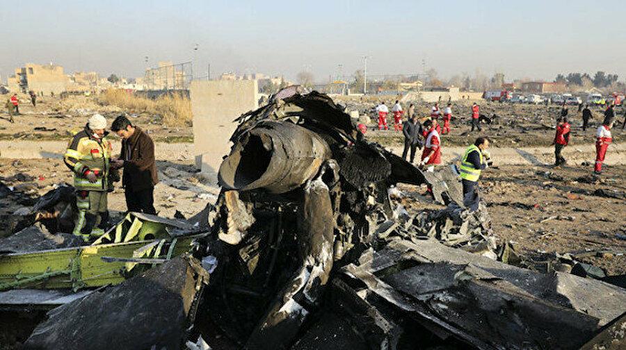 İran'dan tarihi itiraf: Uçağı biz vurduk İran'ın başkenti Tahran'da düşen ve 176 kişinin öldüğü Ukrayna yolcu uçağına ilişkin İran cephesinden beklenen açıklama geldi.İran Genelkurmay Başkanlığı, Ukrayna uçağının insani hatayla 'istenmeden' füze ile düşürüldüğünü açıkladı. Yapılan son açıklamaya göre İran, Ukrayna uçağının kara kutusunu Fransa'ya gönderecek.