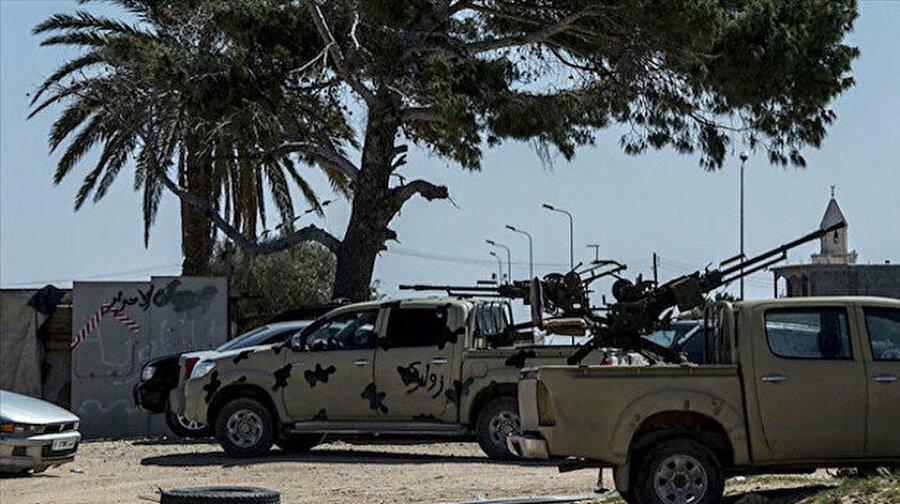 BAE'ye ait askeri araçlar Hafter'in karargahına ulaştı Askeri kaynaklar BAE'ye ait zırhlı araç ve topların Hafter'in karargahı Terhune'ye ulaştığını açıkladı.