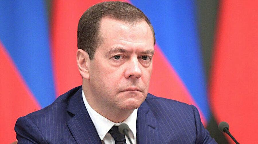 Rusya'da hükümet istifa etti                                      Rusya Başbakanı Dimitri Medvedev, hükümetin istifasını verdiğini açıkladı. Putin'in, Medvedev'i Güvenlik Konseyi Başkan Yardımcılığı'na atayacağı belirtildi.