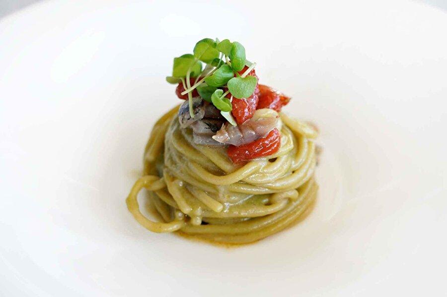 1. Massimo Bottura / Spagetti                                                                                                                                                                                                                                                                                                                                                                                                                                                             Üç michelin yıldızlı Osteria Francescana'da çalışan İtalyan şef, kariyerine avukat olarak başlamış ancak yemeğe duyduğu ilgi nedeniyle çalışmalarına ara verip şefliğe yönelmiş. Bottura'nın imzası olarak sayılabilecek yemek ise: ragu ve cetarese soslu spagetti.