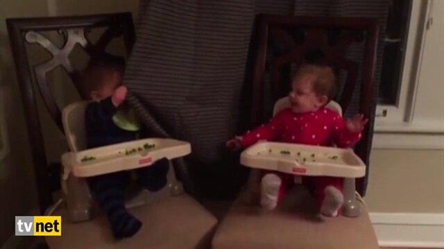 Karşılıklı Ce e oynayan bebekler güldürdü