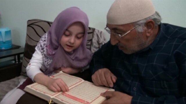 Okuma yazma bilmeyen dedesine Kuran okumayı öğretti
