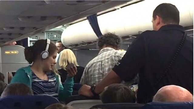 ABDli pilot Otizmli yolcuyu uçaktan attı