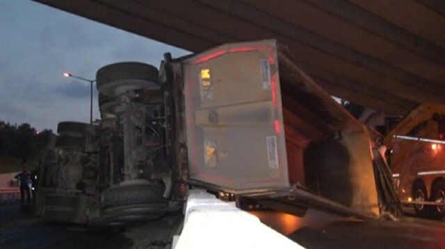 Damperi açılan hafriyat kamyonu üst geçide takıldı