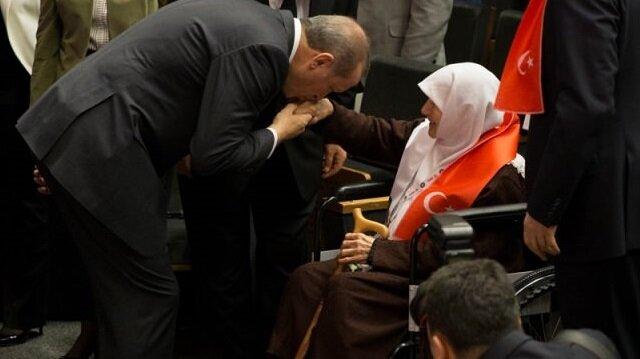 Erdoğan: 'Annelerin ayaklarının altı öpülür, ben öptüm'