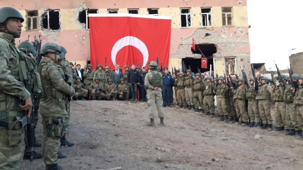 Güvenlik güçleri, Diyarbakır'ın Sur ilçesindeki operasyonun son bulmasının ardından teröristlerin kullandığı binalara Türk bayrağı astı.