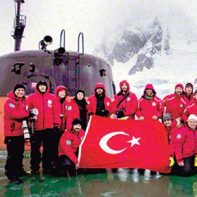Türk bayrağı Antarktika'da dalgalandı