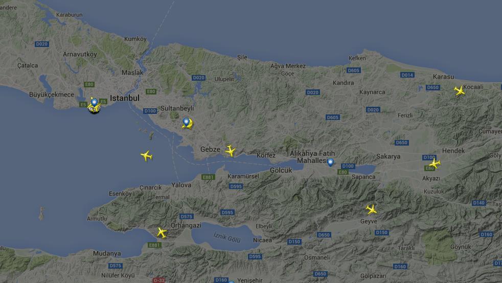 Atatürk Havalimanı'nda uçuşlar iptal edildi. Havadaki uçaklar yakın bölgelerdeki havalimanlarına yönlendiriliyor.