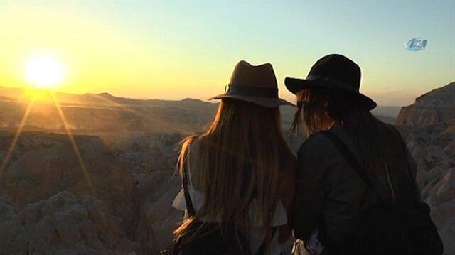 Tatilcilerin Kapadokyadaki gün batımı keyfi