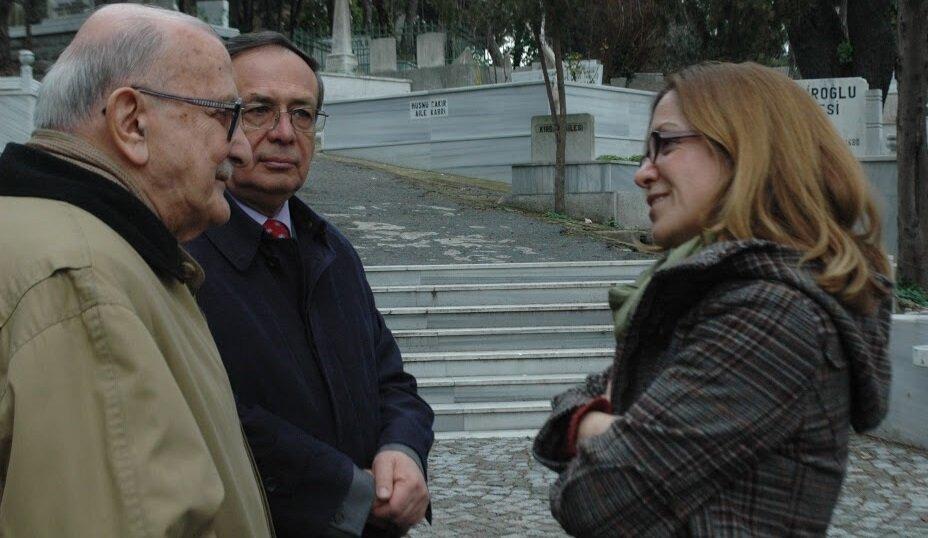 Rahmetli Prof. Orhan Okay, Prof. Abdullah Uçman ve Prof. Handan İnci Tanpınar'ın kabri başında (2010).