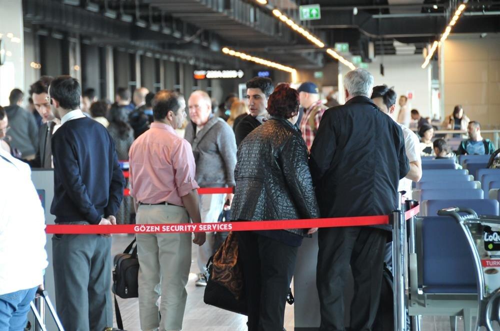 Bazı yolcuların vizeleri iptal edilerek uçağa alınmadı.