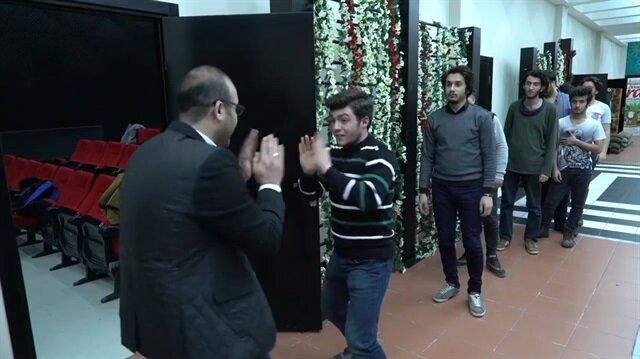 Her öğrencisi ile ayrı selamlaşan öğretmenin yerli versiyonu