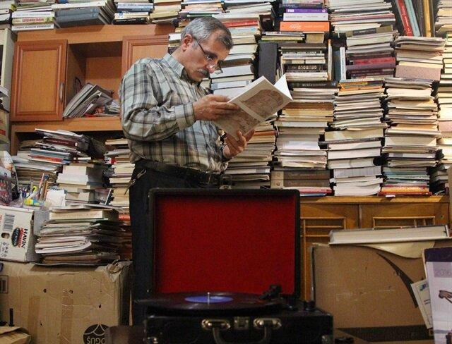 بحّار قراءة تركي ضاقت جدران منزله بـ 45 ألف كتاب قرأها خلال 37 سنة!