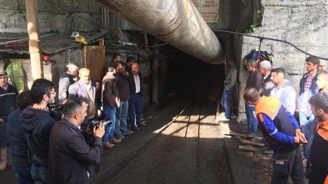 Ailelerin maden ocağı önünde endişeli bekleyişi sürüyor