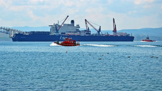İstanbul Boğazından dev gemi geçti