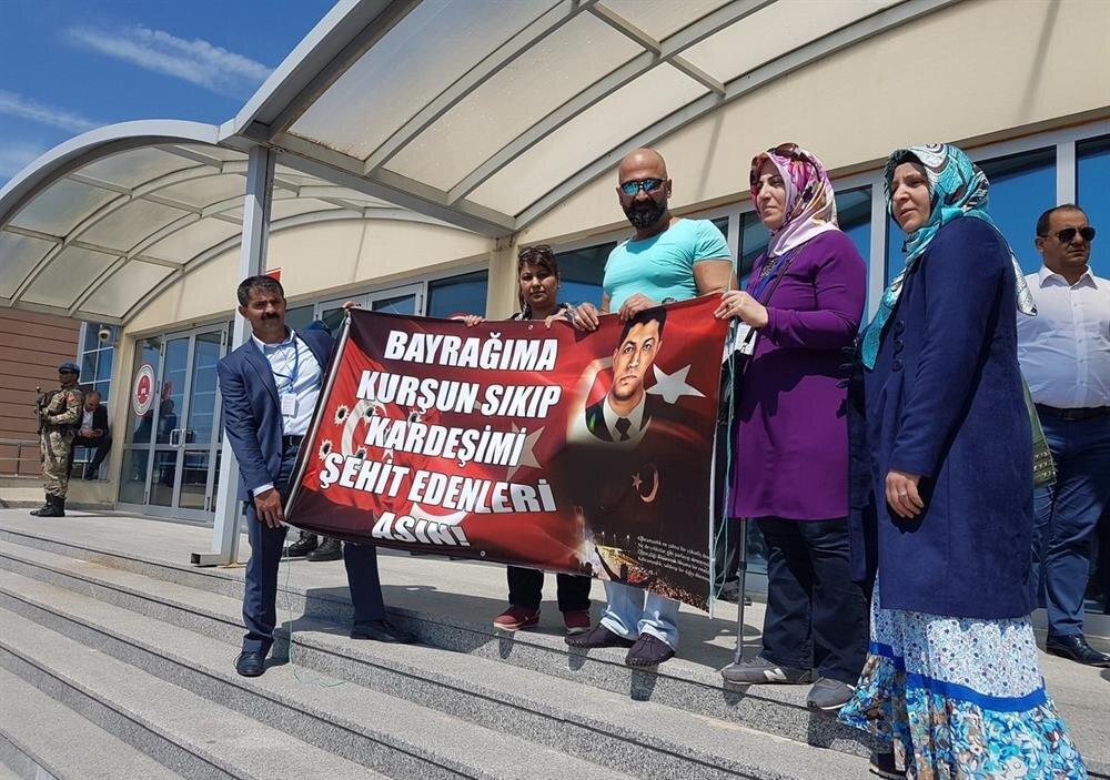 15 Temmuz gecesi Atatürk Havalimanı'nda darbecilerin tanklarının önün yatan Metin Doğan da Ömer Halisdemir pankartıyla Silivri'de.