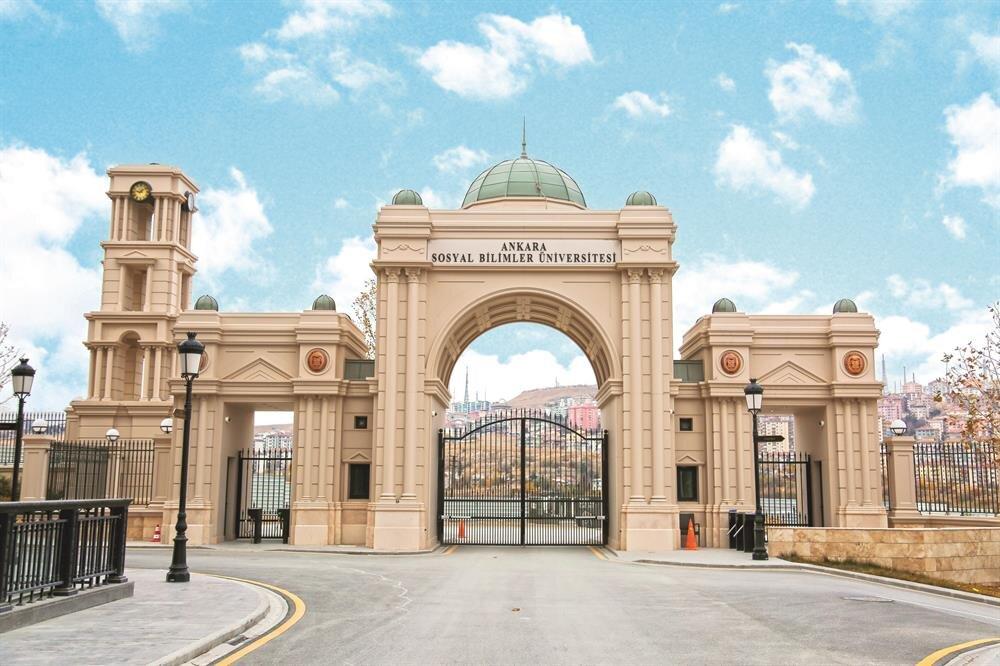 KHK ile kapatılan İpek Üniversitesi, yerleşkesinin tabelası Ankara Sosyal Bilimler Üniversitesi olarak değiştirildi.