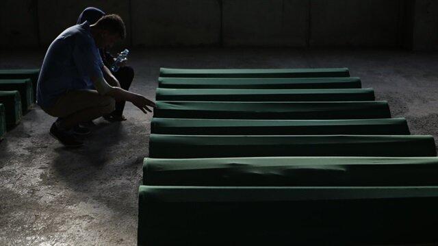 Srebrenitsa kurbanlarının tabutları şehitliğe taşındı