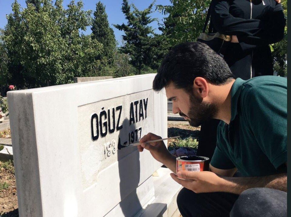 Bilal İşgören ve arkadaşları Oğuz Atay'ın mezarını eski haline getirdi.