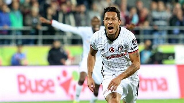 Beşiktaş'a kötü haber: Adriano derbide yok!