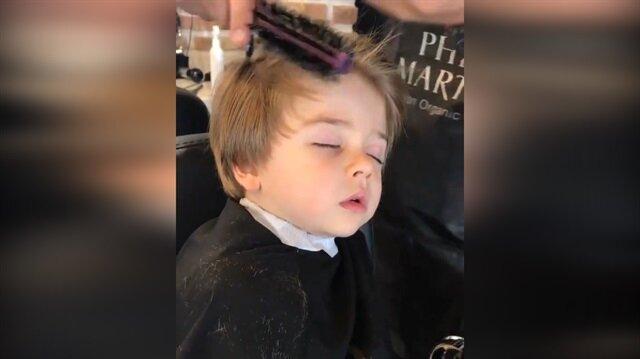 Traşta uykuya yenik düşen dünyalar tatlısı çocuk