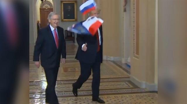 Trumpın yüzüne Rus bayrağı fırlattı