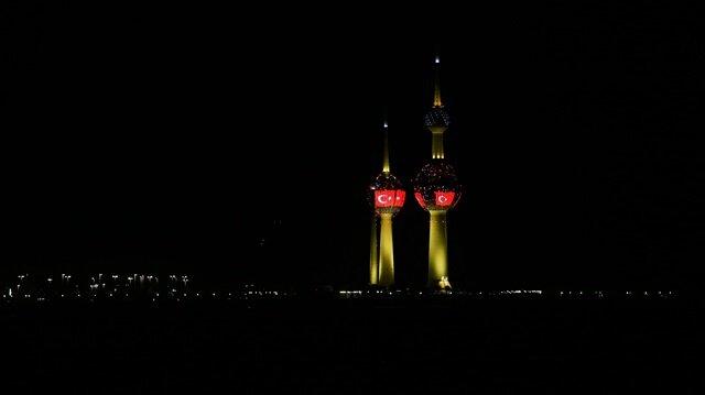 Kuveyt Kuleleri kırmızı beyaz renklere büründü