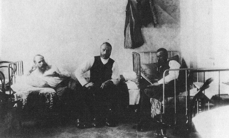 Dostoyevski'nin(sol) hapishanede idam edilmeyi beklediği günlerden bir kare.