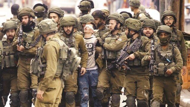 İsrail'in 22 askerleri, Filistinli bir çocuğu böyle gözaltına almıştı.