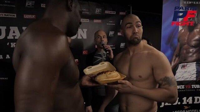 Türk boksörle dalga geçmeye çalışan Fransız boksör rezil oldu