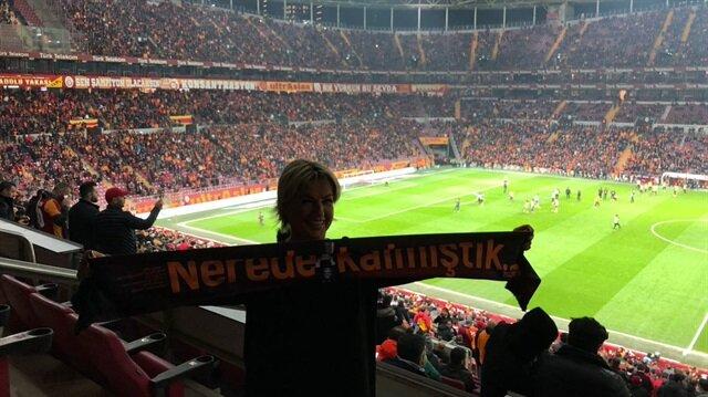 """Fulya Terim tribünde """"Nerede Kalmıştık"""" atkısı açtı"""
