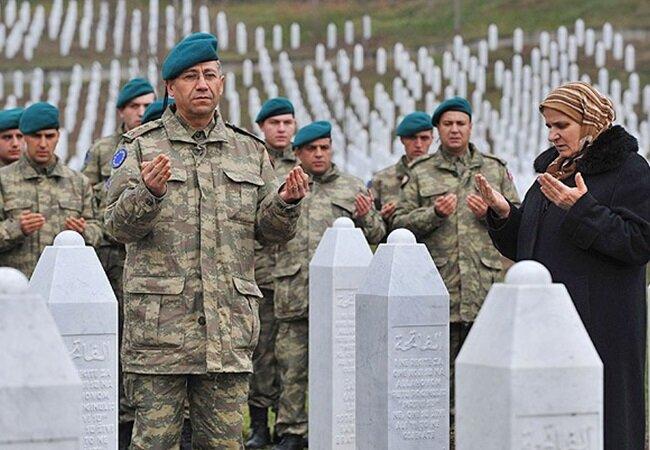 Bosna'da soykırımda şehit olan soydaşlarımıza dua eden Türk askerleri.