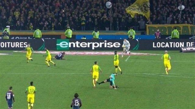 Futbolcuya tekme atan hakemin cezası belli oldu