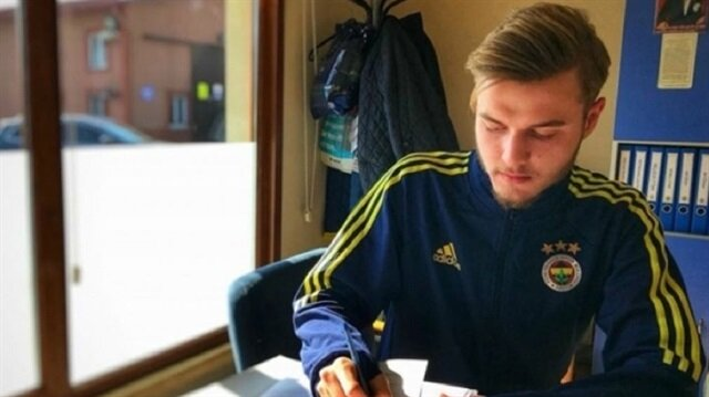 Fenerbahçe genç futbolcuya imza attırdı