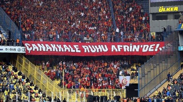 Fenerbahçe tribünü, Galatasaray'ın açtığı pankartı alkışladı!