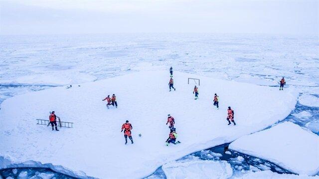 Yok artık! Okyanusta yüzen buz kütlesinde futbol oynadılar