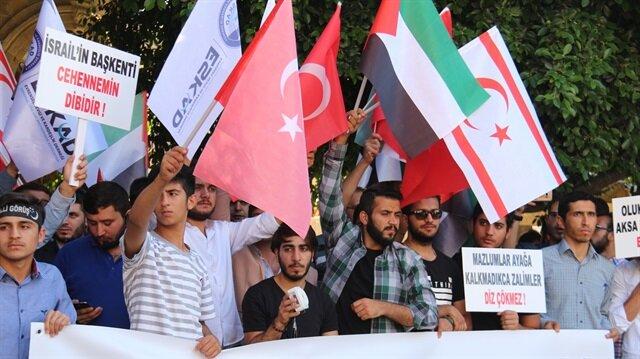 KKTC'de vatandaşlar işgalci İsrail ve ABD'yi ellerinde pankartlar açarak protesto etti.