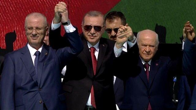 Cumhurbaşkanı Erdoğan ve Bahçeli el ele mitinge katılanları selamladı