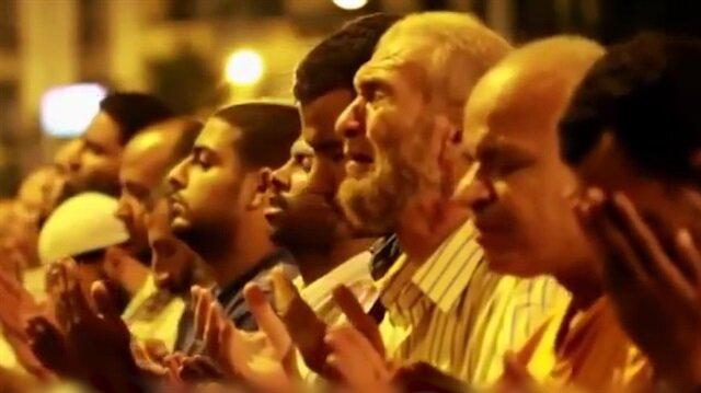 Mısırda gözyaşlarına boğan Kadir Gecesi duası
