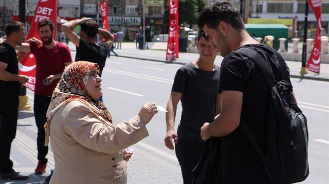 Anne yüreği bunu da yaptırdı: 'Sokak sokak gezip oğluna takipçi arıyor'