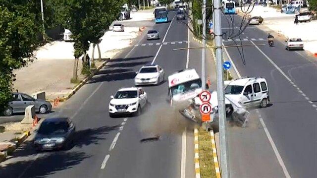 Ambulansın karıştığı zincirleme kaza kamerada!