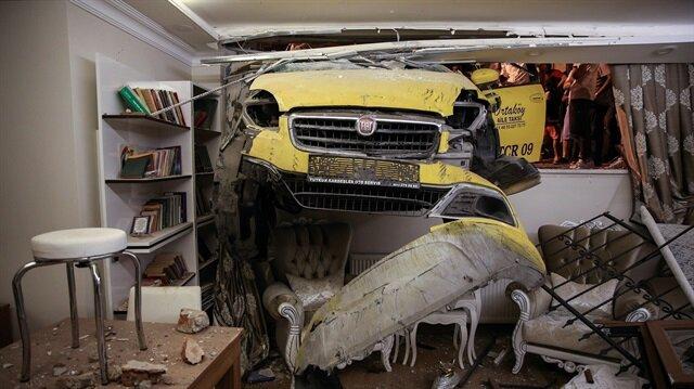Davetsiz misafir: Ticari taksi evin salonuna girdi