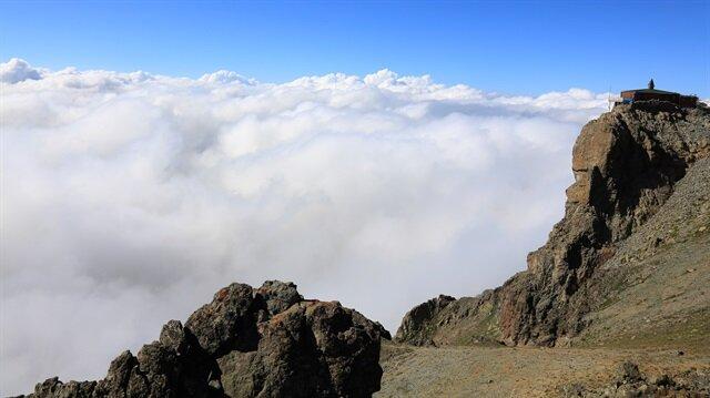 Bulutlardaki mescit ziyaretçilerini büyülüyor