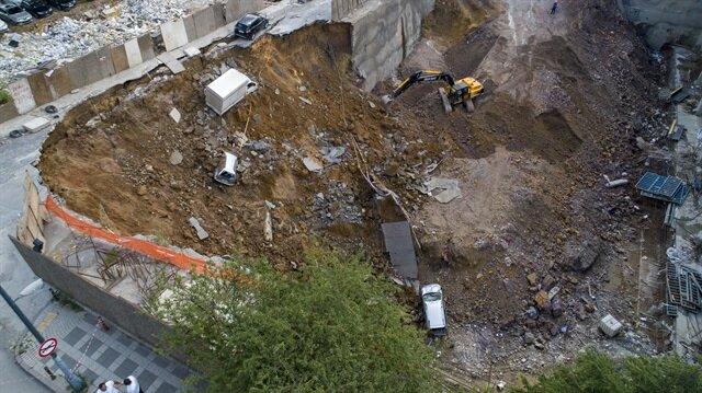 Ümraniye'de duvar çöktü: Araçlar inşaat çukuruna düştü