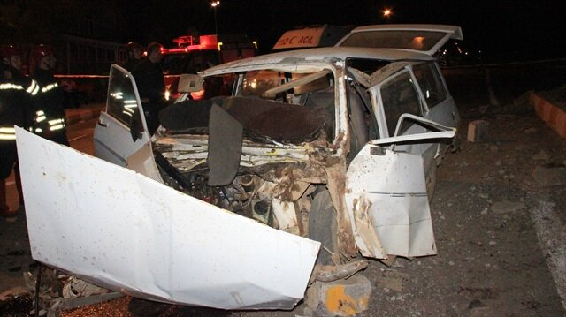 Refüje çarpan otomobilin sürücüsü hayatını kaybetti